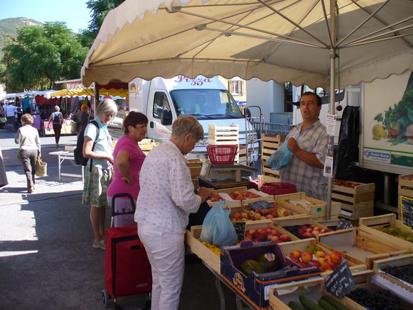 Obststand am Markt in Banon am Dienstag
